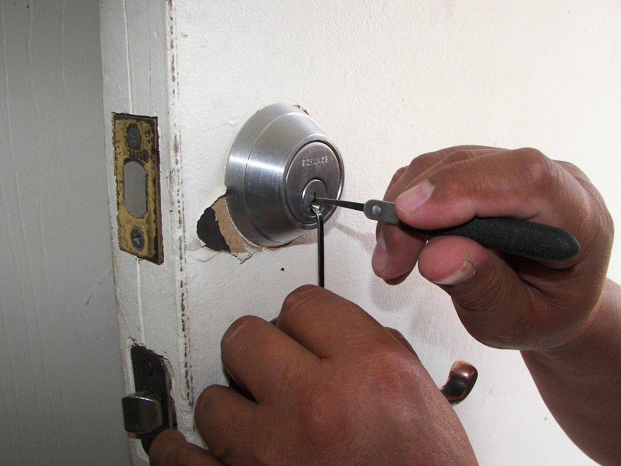 Låsesmed dirker op en låse.